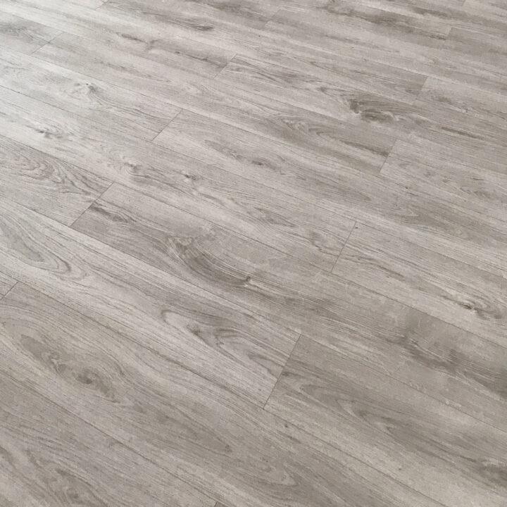 Uudella lattialla valoa kotiin.